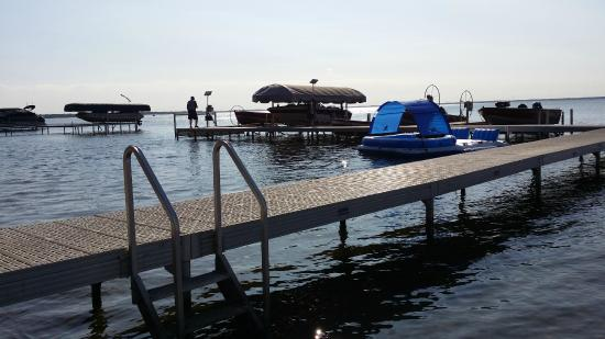 Otter Tail Beach Resort: Nice docks with slips for the boats.
