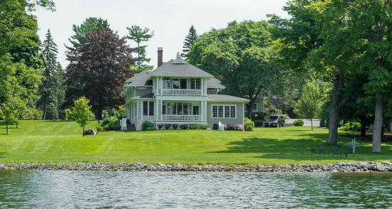 Lakeside Bed and Breakfast: Spacious Grounds Overlooking Owasco Lake