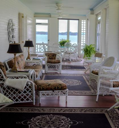 Lakeside Bed and Breakfast: Tranquil Sun Porch for Relaxing & Breakfast
