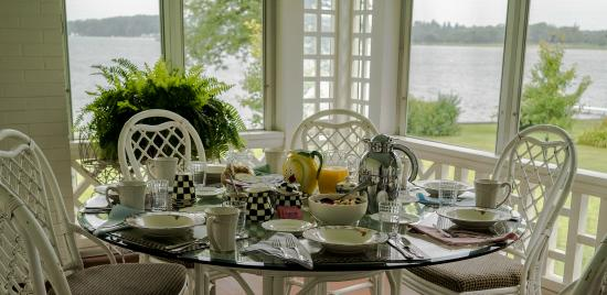 Lakeside Bed and Breakfast: Bountiful Breakfast on Judy's Sunporch