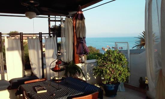 B&B Villetta sul Mare: Terraza y desayunador