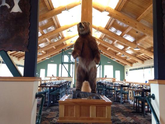 Alpenglow Restaurant: The restaurant, inside and out. Great view of Denali National Park.