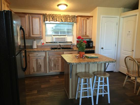 Yellowstone Wildlife Cabins: Kitchen and dining