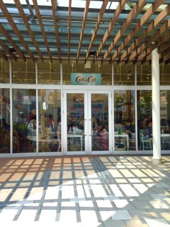 Cath's Café : 駅から歩いてきて見えるウィンドー