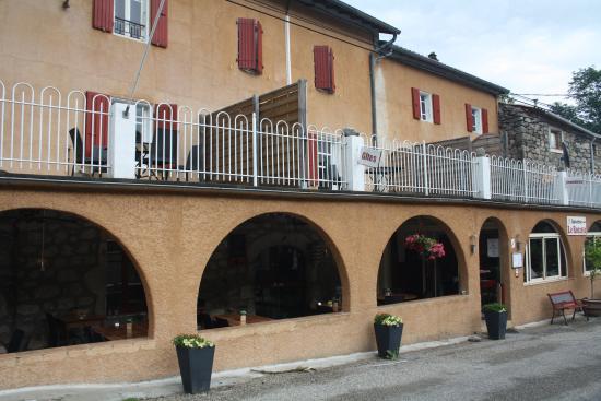 Auberge Le Romarin: het restaurant vanaf de (rustige) straat gezien