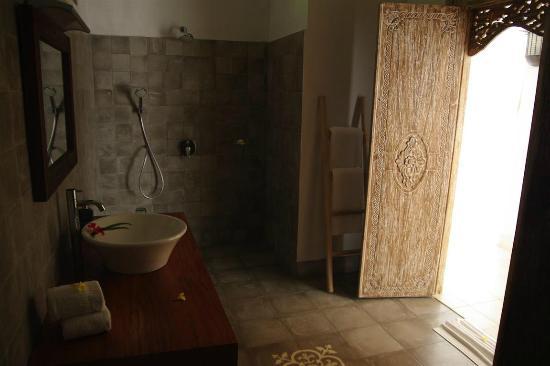 Villa Shantiasa: Huge Bathroom (toilet the other side)