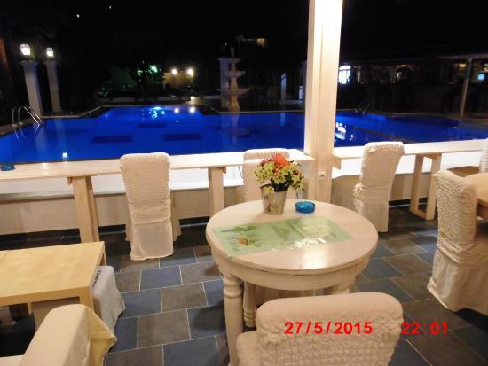Bacoli Hotel: Udsigt over pool aften