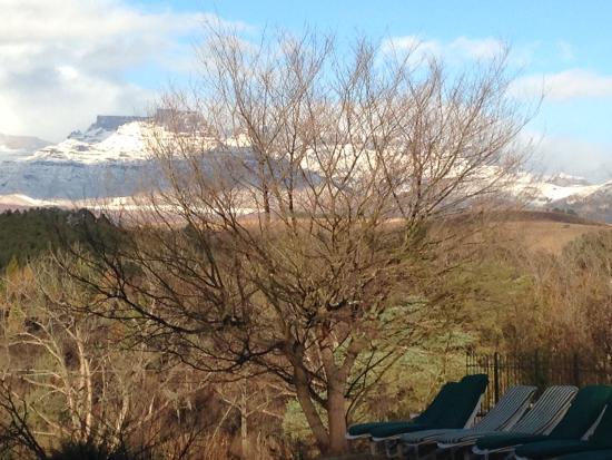 The Nest - Drakensberg Mountain Resort Hotel: Snow on the mountains