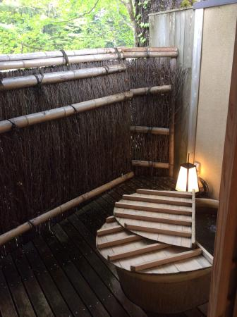 Okutsuso : 部屋のお風呂。枯葉がいっぱい。