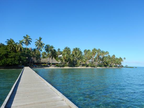Savusavu, Fidji : View back from the end of the pier