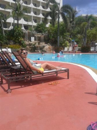 Holiday Resort & Spa Guam: Great pool with relaxed atmosphere and excellent stuff perfomance