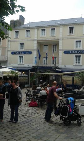 Hotel l'Univers : The Hotel from the busy square