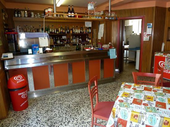 Nuova Osteria Dei Cacciatori : Banco bar e cucina
