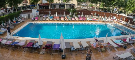 Riudor Hotel Benidorm: Pool with most of the beds reserved contary to the notices arround