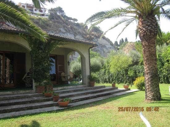 Villa Giada: sotto il portico, la grande sala della colazione