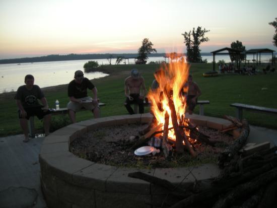 Lake Thunderbird State Park: Nice fire pit at Pavillion