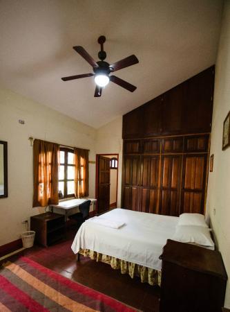 Hostal Calle de los Poetas: Room 1 w/ shared in-room bathroom