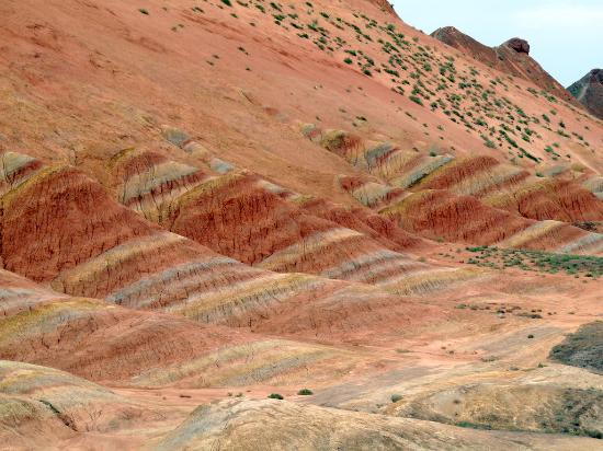 Taining County, China: Formations géologiques sédimentaires stratifiées, colorées après la pluie