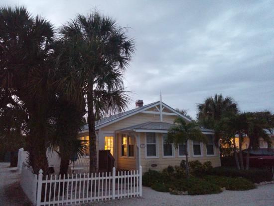 Anna Maria Beach Cottages: Sunset entrance
