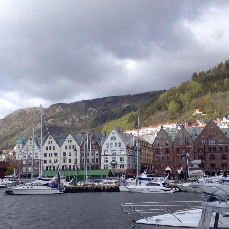 Egon Kjottbasaren: Vista do píer de Bergen, da área externa do Egon KJ º ttbasare