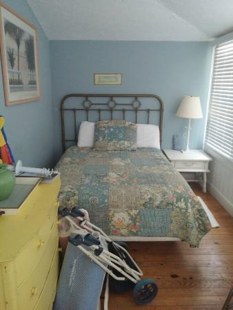 Anna Maria Beach Cottages: Sleeping Porch/front bedroom