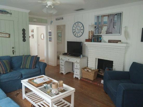 Anna Maria Beach Cottages: Living Room