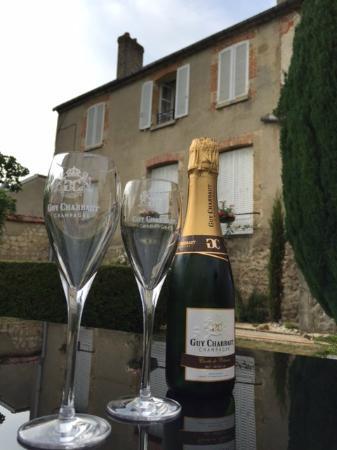 Champagne Guy Charbaut : Uitzicht óp onze kamer, vanuit de tuin, met een heerlijk glas champagne!