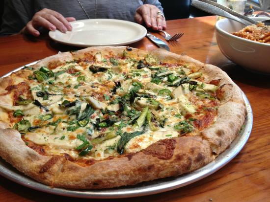The Parlor Pizzeria : Spicy Barbecue Chicken Pizza looked delicious