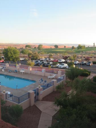 Motel 6 Page: vue sur piscine et parking