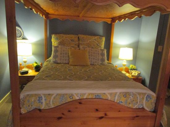 Swedish Country Inn Canopy Bed of Swedish Pine design in Honeymoon Suite & Canopy Bed of Swedish Pine design in Honeymoon Suite - Picture of ...