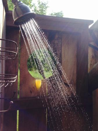Paint Bank, Вирджиния: Mimosas in the outdoor shower in the morning!