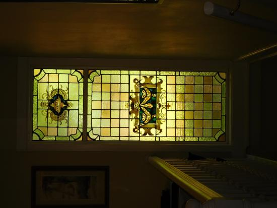 Forest Springs Bed and Breakfast: Stained glass in the stairway.
