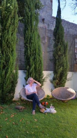 Casa dos Guindais : Wee picnic in garden retreat.