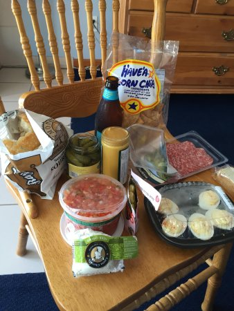 Breakers Inn: Our yummy spread from the Surf Market. Mendo Mustard & Kona Brewing Co. beer with local cheeses.