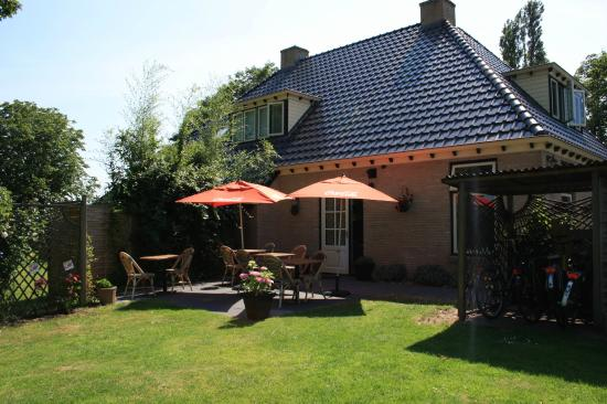 Oldetrijne, The Netherlands: Private entrance and gardens