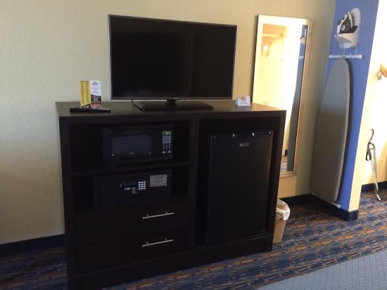 Days Inn San Antonio Northwest/Seaworld: Fridge microwave safe flat screen TV