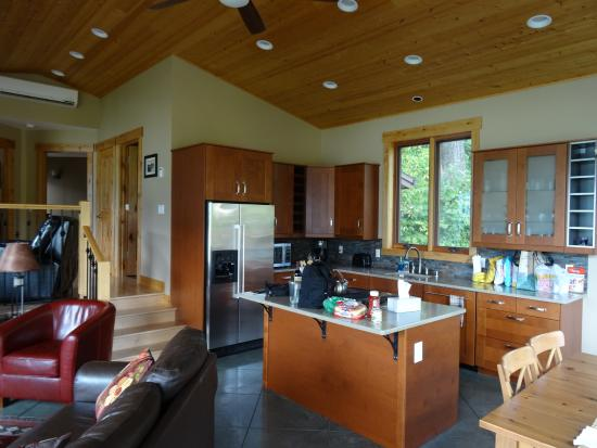 Skamania Coves Resort: Kitchen area of Bluff House