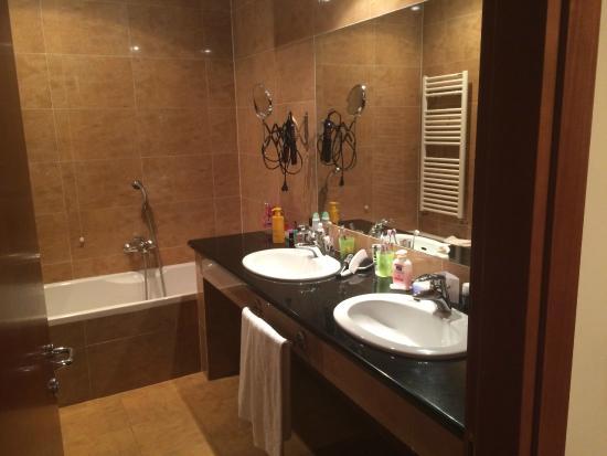 Jolie salle de bain avec douche et baignoire + 2 lavabos - Picture ...
