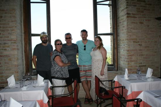 La Grigli: Our family by the windown overlooking the valley.