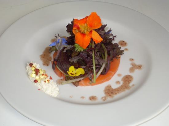 La Ripaille: Carpaccio saumon mousse chèvre et salade croquante