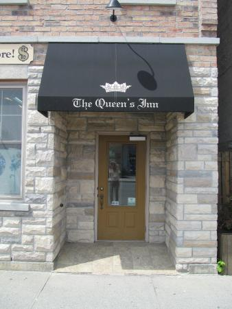 The Queen's Inn: Inn Entrance at 145 Main Street, Picton