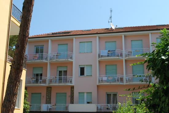 Helios Hotel : terrasse de la chambre sur le toit (à gauche)