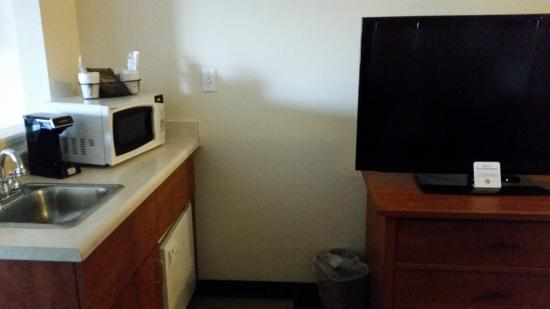 Gold Dust West Carson City: A little kitchenette area in the Jr Queen Suite