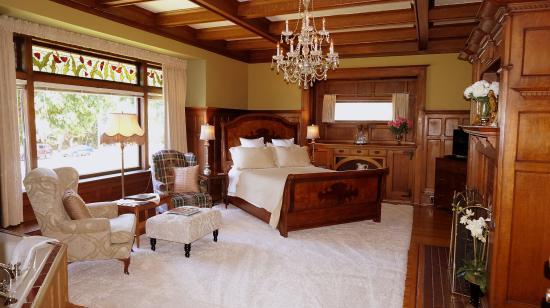 Dashwood Manor Seaside Bed and Breakfast Inn : Windsor Oak Room