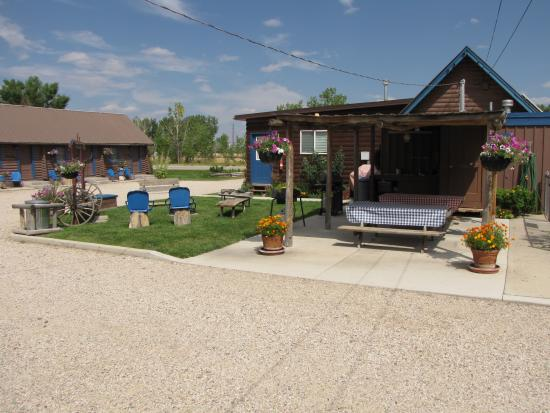 Blue Gables Motel : Covered picnic area and fire pit