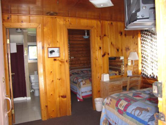 Blue Gables Motel: 2 bed cabin/ 2 rooms