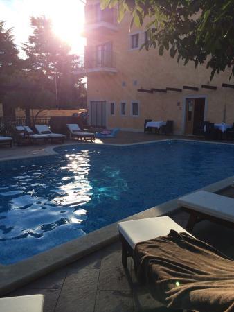 Casa Alice: Morgensonne am hauseigenen Pool. Balkonblick von unserem Zimmer auf das Meer.