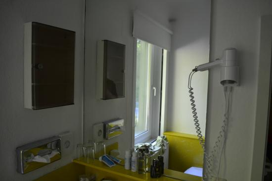 Landhotel & Gasthof Forsthaus: Well equipped bethroom