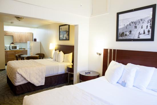 City Center Motel : Two Queen beds with a kitchenette