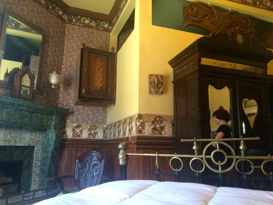 Victorian Rose: The Fleur de Lis room…..